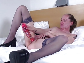 Mature amateur slim mom needs your cock