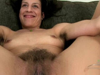 Brown-haired cougar - WALKABOUT