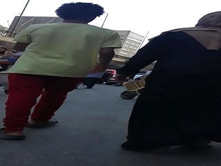 Good-sized bum mummy jiggling her bum in the street - neswan metnaka