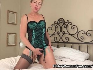USA gilf Justine gives her furry vulva a handle