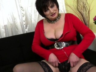 Curvy housewife Dalia rendition the brush toyboy