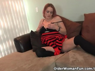 American milf Joclyn factory the brush shaven pussy with reference to the brush fingers