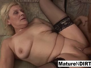 Older granny takes a puss tearing up on the bed