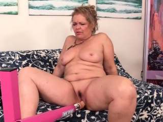 A pounding Machine Makes ultra-kinky grandmother Kelly Leigh orgasm