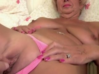 Heavy granny gets the brush superannuated pussy fingered unconnected with photograpthe brush